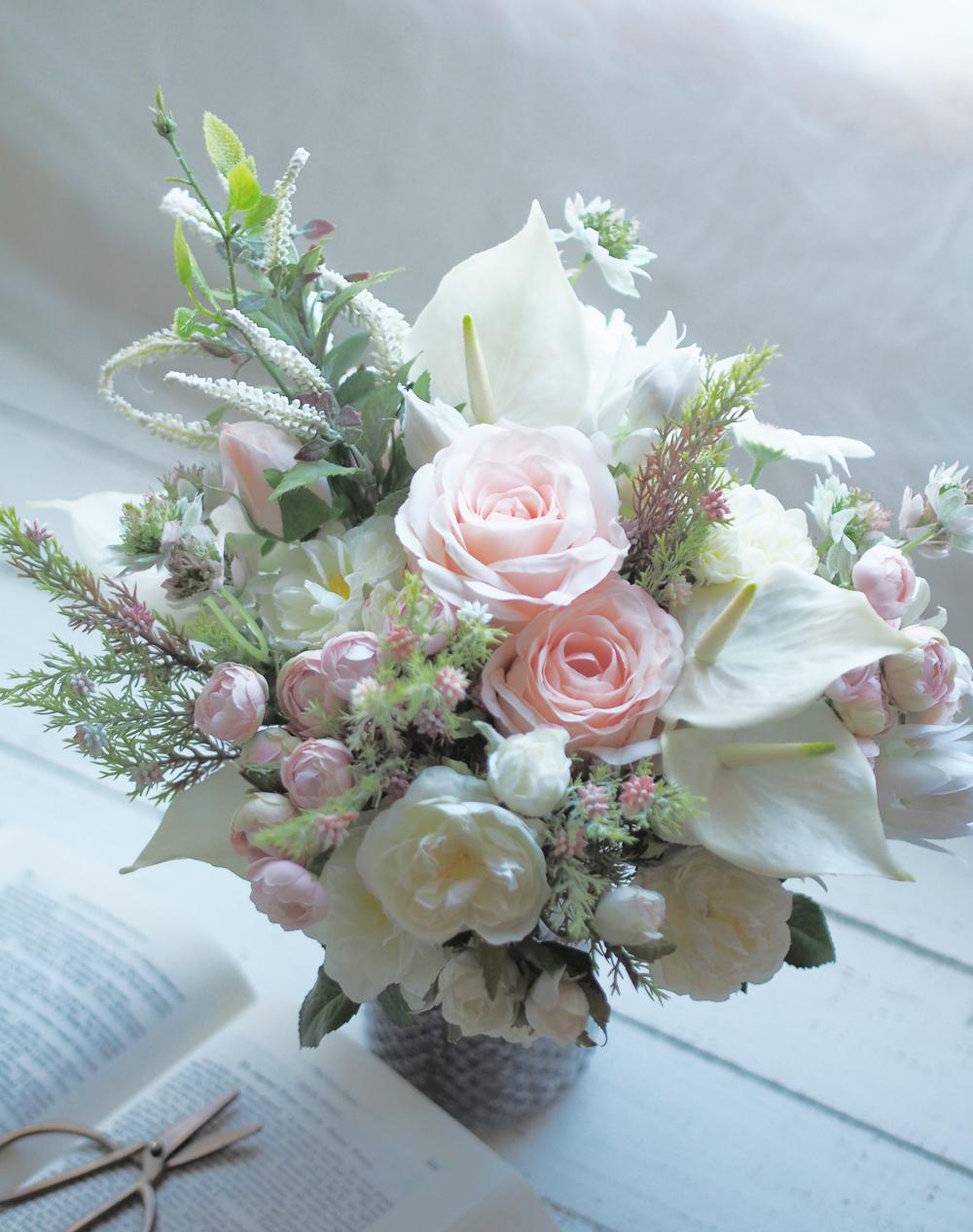 バラのホワイトとピンクのクラッチブーケ
